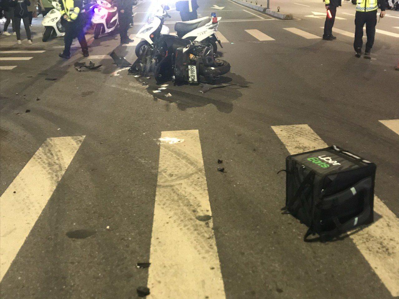 新北市板橋區篤行路今天晚上6時許發生一起機車相撞意外,造成UberEats外送員...