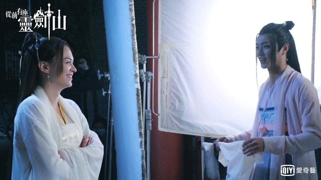 許凱(右)女裝首次亮相,張榕容誇他「萌妹子」 。圖/愛奇藝台灣站提供