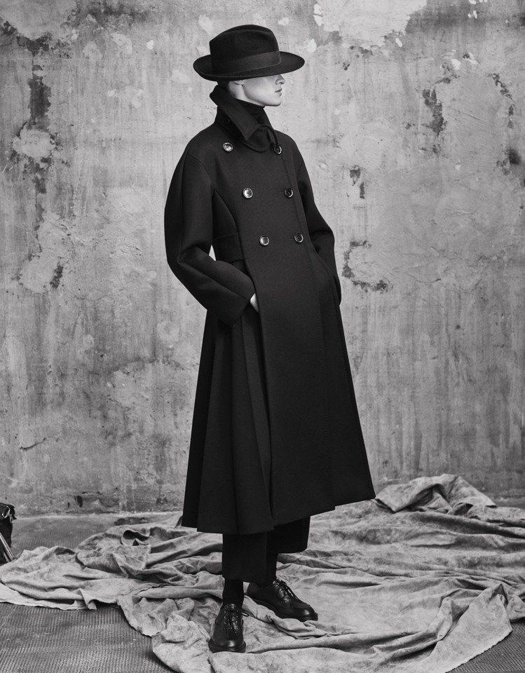 Max Mara Atelier秋冬系列以雕塑藝術家米莫.帕拉迪諾作品為靈感,打...
