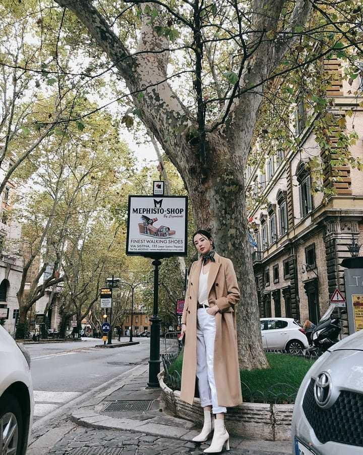 李多熙日前飛往義大利,在IG穿著大衣的照片被網友說美如一幅圖畫。圖/取自IG