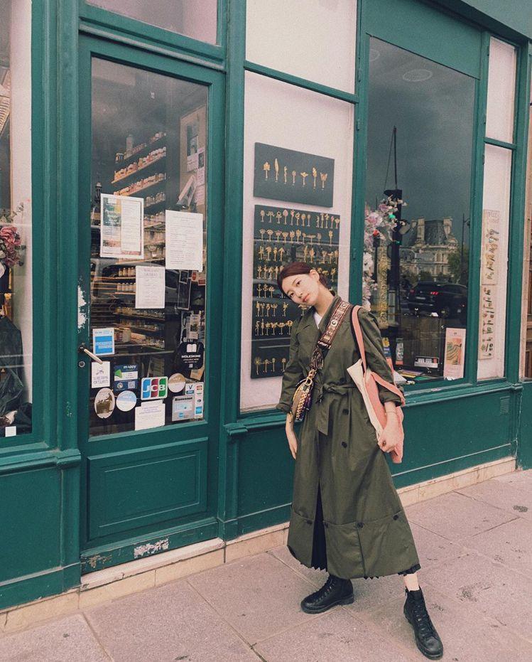 秀智穿著軍裝綠的JW Anderson大衣,售價1542美元、約合台幣47,41...
