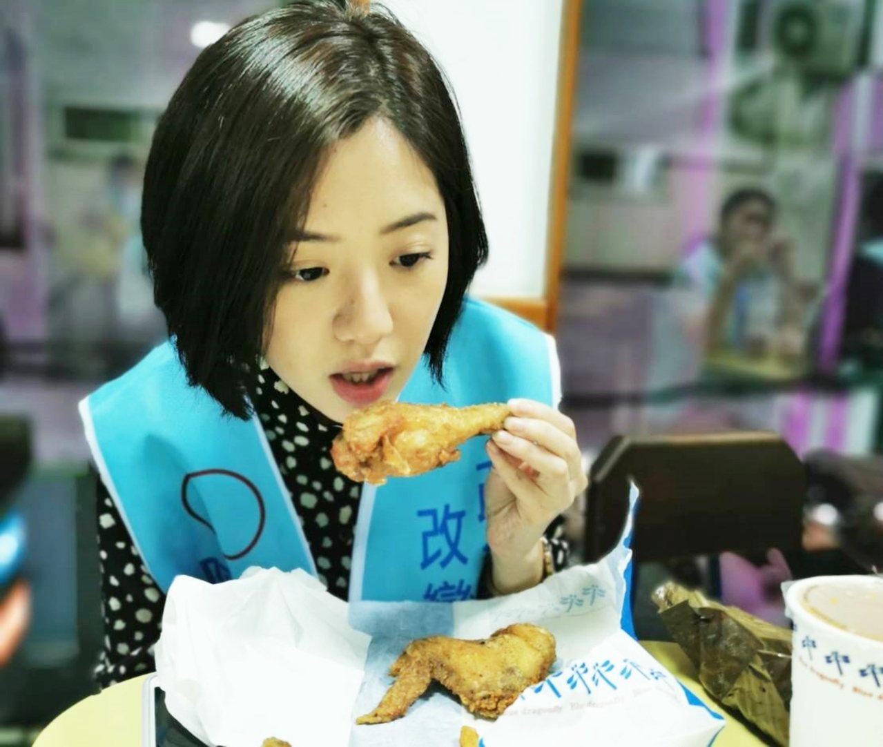 「學姐」黃瀞瑩今天下午到台東輔選,不忘品嘗台東美食藍蜻蜓炸雞。記者羅紹平/攝影