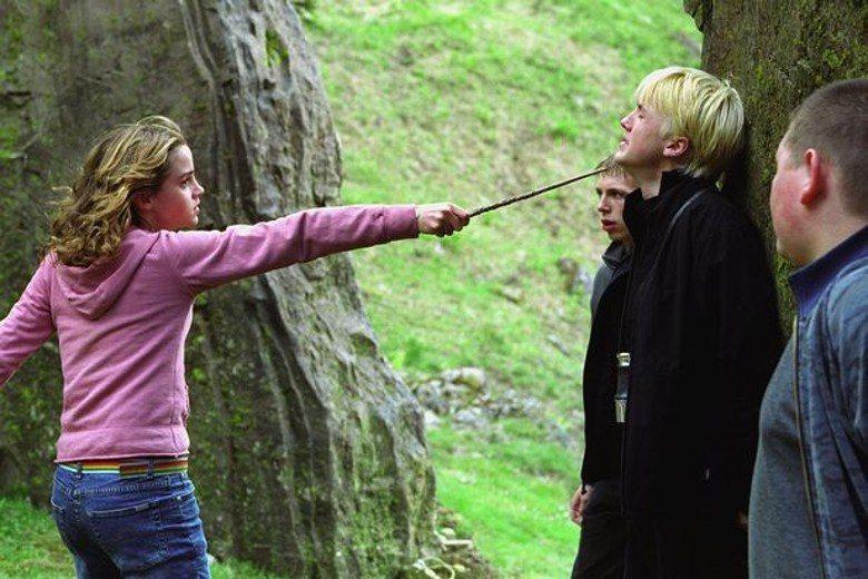 「哈利波特」系列電影中,妙麗與跩哥總是針鋒相對。圖/摘自imdb