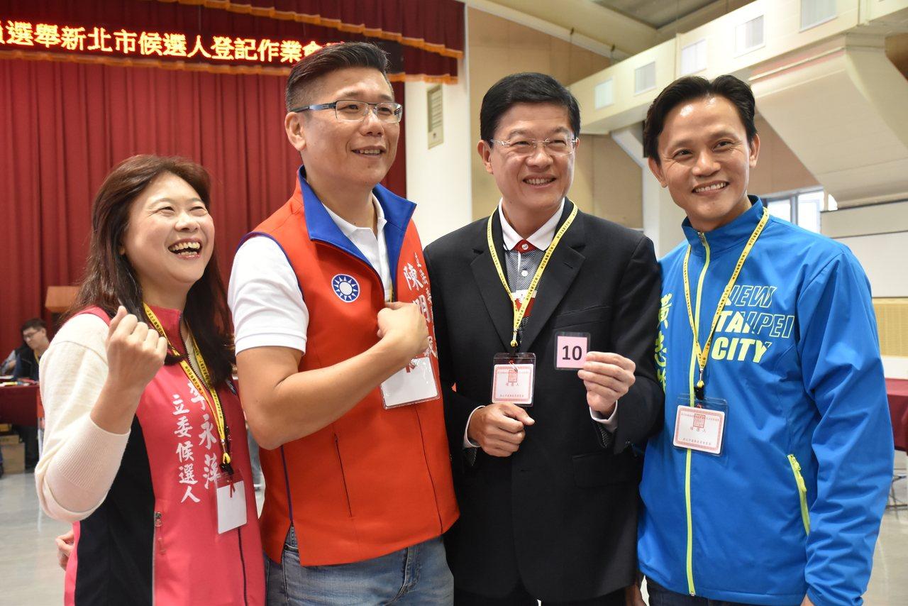 昨天上午約11點,國民黨立委參選人李永萍(左1)、陳明義(左2)、羅明才(右2)...