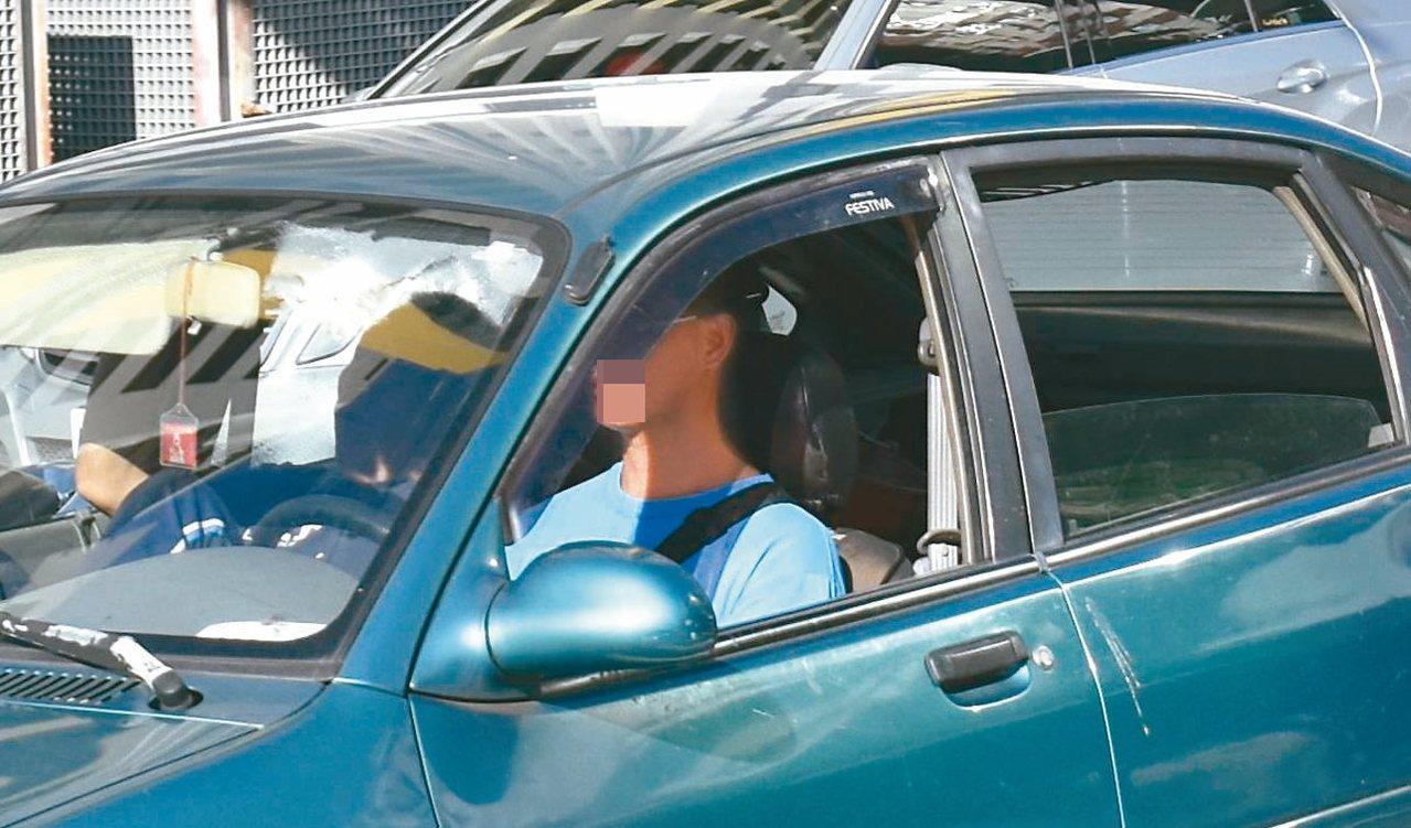 警方放大檢視照片,清晰可見安全帶就垂在一旁,斜貼駕駛人身上的帶子是背包帶。 記者...
