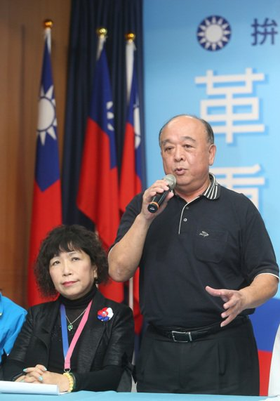 國民黨不分區立委爭議名單之一的前陸軍副司令吳斯懷(右)強調,他不能有個人意見,沒...
