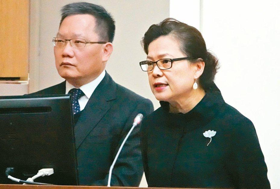 經濟部次長王美花(右)表示,台商回台投資方案第二階段已改採分級補助。記者黃義書/攝影