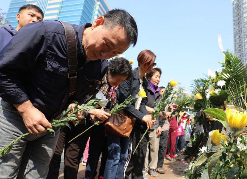11月19日,香港市民為被示威者擲磚塊擊中不治的的清潔工羅長清,舉行「頭七」法事。 (中通社)