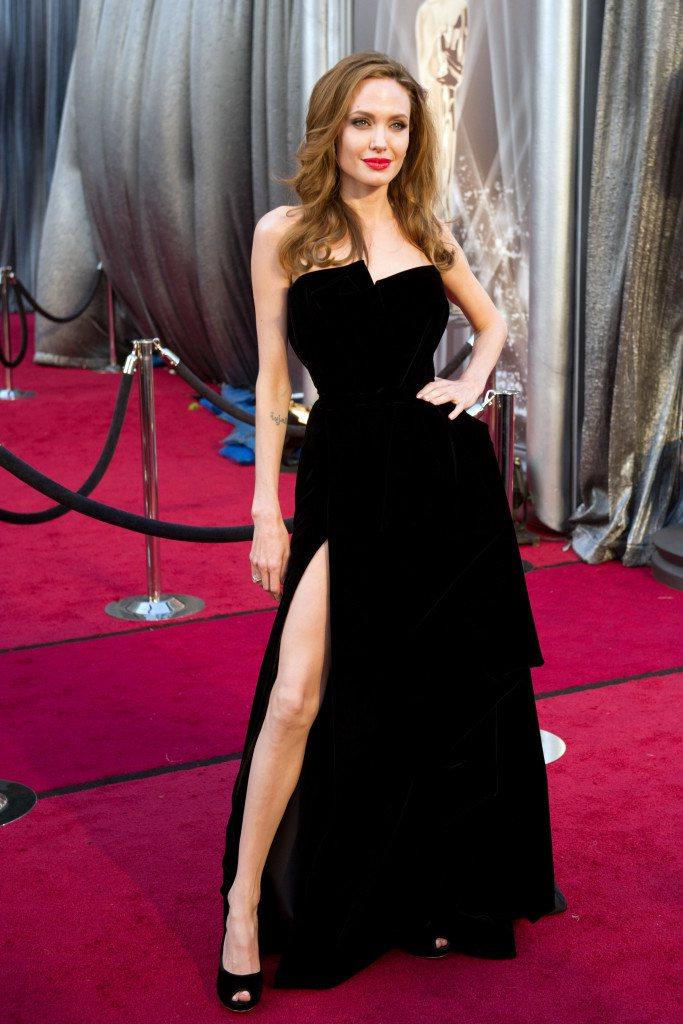 安潔莉娜裘莉當年在奧斯卡蔚為話題的那件VERSACE露腿黑色禮服。圖/摘自osc...