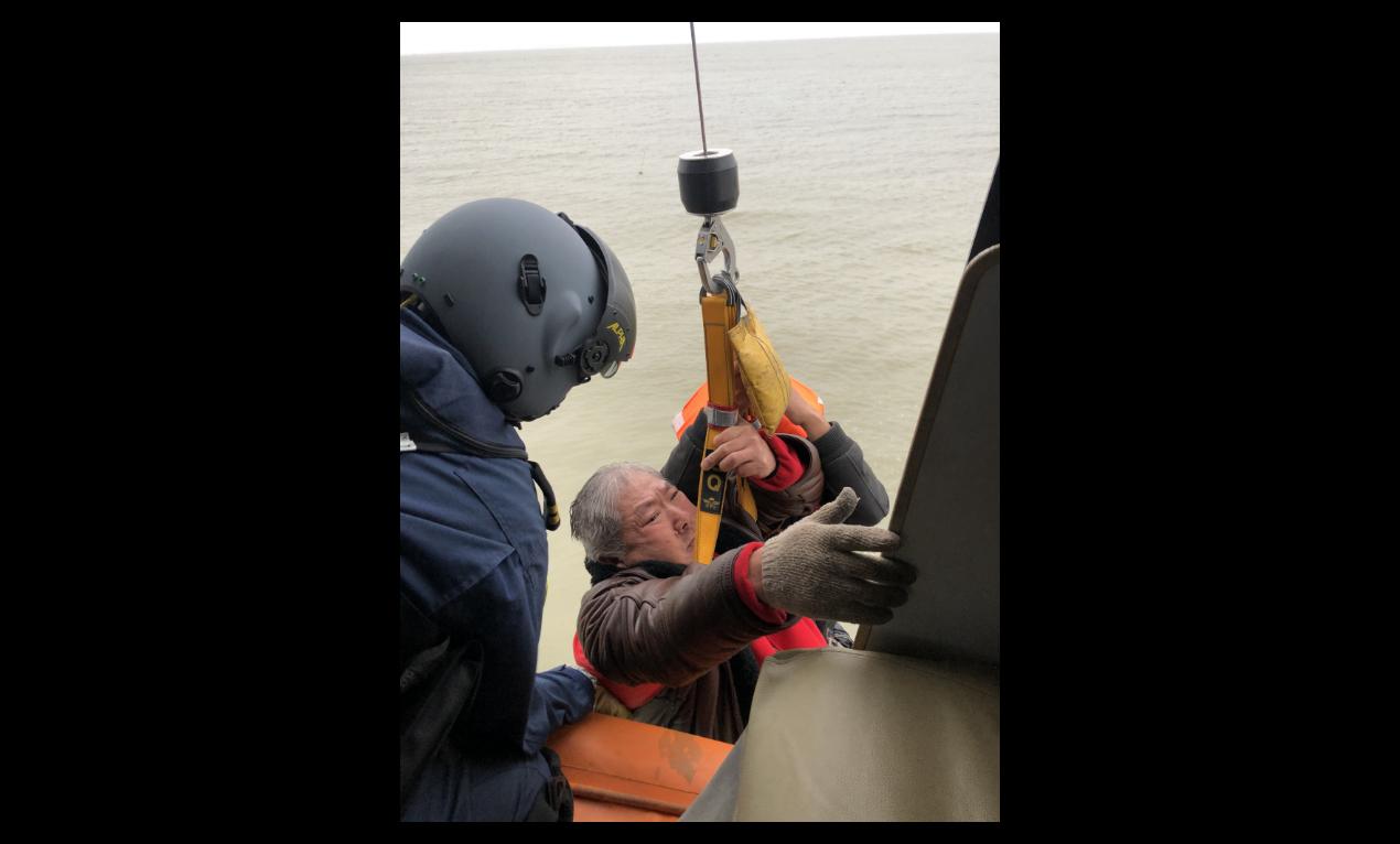 圖為大陸直升機救起萇薪輪遇險船員。(中新社)