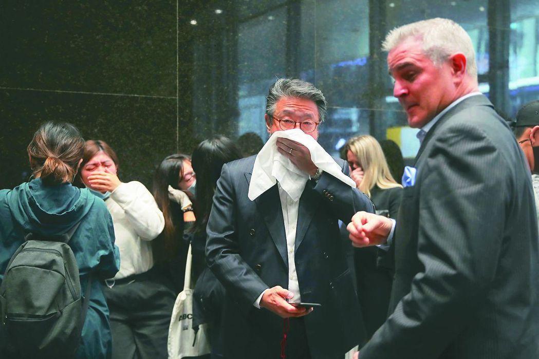 警察發射催淚彈驅散示威者,沒防護裝備的上班族走避不及,紛掩住口鼻。 (路透)