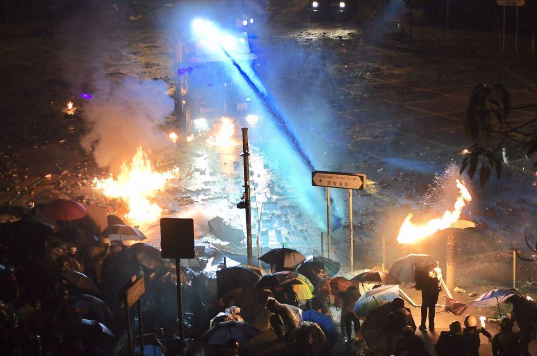 警方出動水炮車及施放催淚彈驅散示威者。(香港中通社)