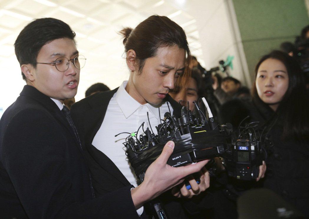 南韓歌手鄭俊英今年3月因涉嫌偷拍散布性愛影片在首爾地方警察廳接受調查。 (美聯社...