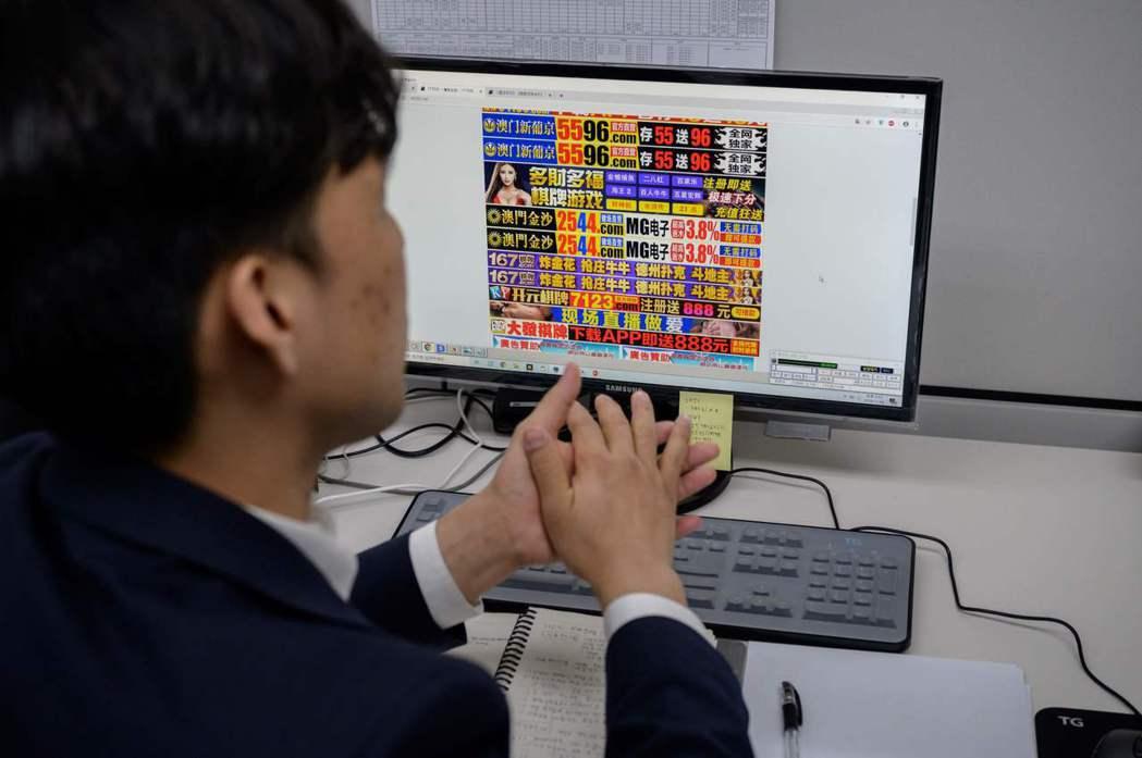 KCSC監看色情網站特別小組成員安炫哲坐在辦公桌緊盯螢幕追查可疑影片。 (法新社...