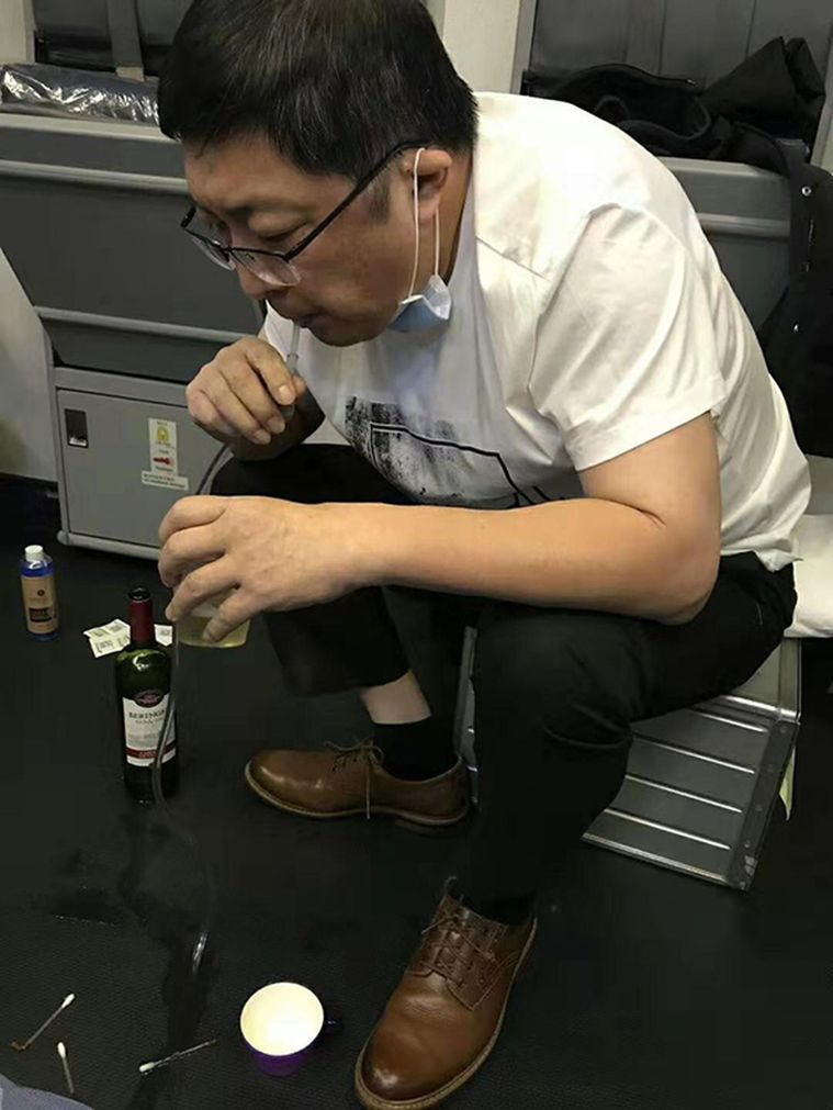 老人飛機上無法排尿膀胱可能破裂,醫生用嘴吸尿救人。 (取材自澎湃新聞/南航提供)