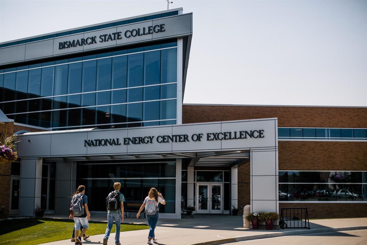 北達科他州俾斯麥州立學院主修商業的畢業生第一年收入中位數為10萬500元,超過艾...