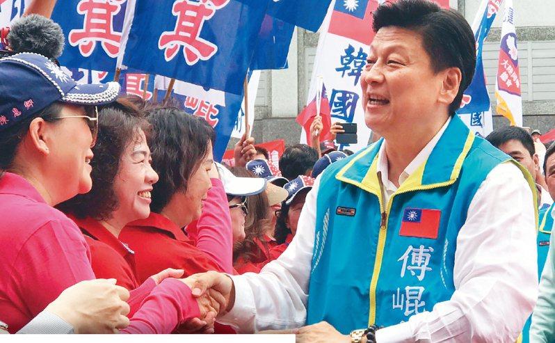 花蓮縣前縣長傅崐萁(右)中午現身選委會,登記參選下屆立委,受到大批支持者包圍歡迎。 記者王燕華/攝影