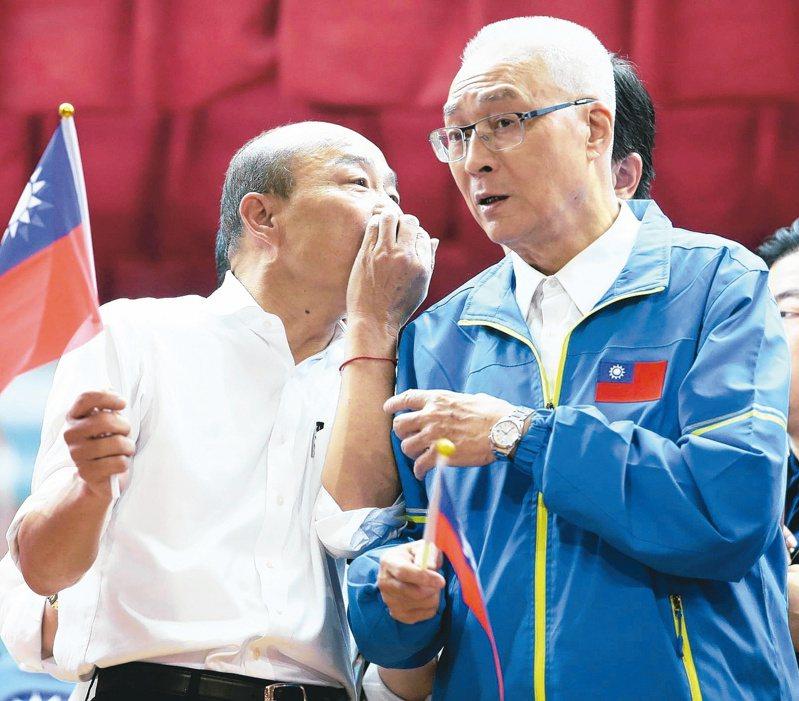 韓國瑜調整選戰節奏,圖為與國民黨主席吳敦義(右)一起參加婦女後援會成立活動。 圖/聯合報系資料照片