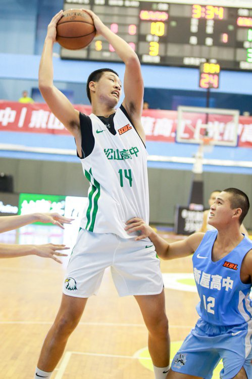 松山長人于泓翔抓下10記籃板,其中7球是進攻籃板。 記者林伯東/攝影