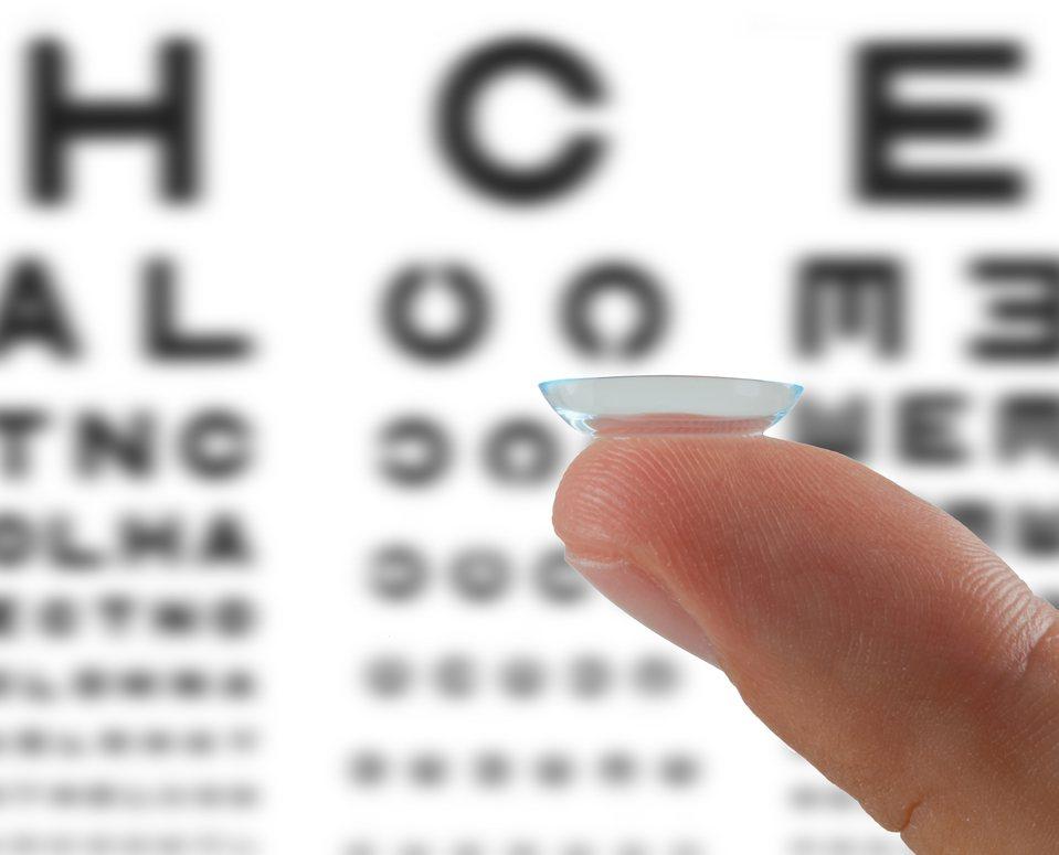隱形眼鏡大廠精華光學董事長陳明賢今天首度透露,研發試驗逾5年的兒童近視控制隱形眼...