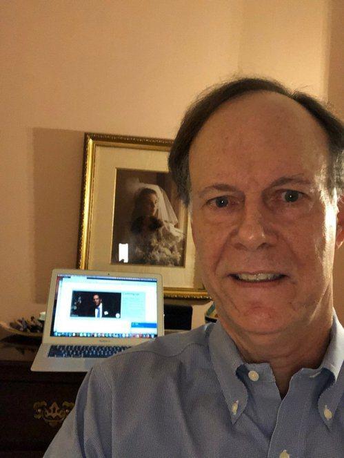威廉·凱林聽到獲得諾貝爾獎的消息,拿起了手機,微笑著與身後照片中的妻子自拍。圖取...