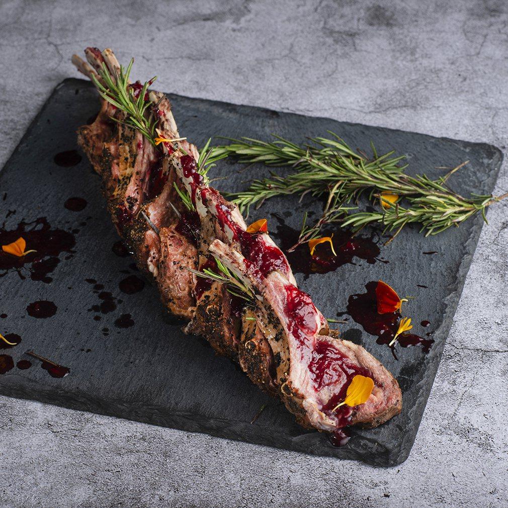 遠東Cafe 海地不思議美食饗宴 爐烤羊排佐覆盆子醬。