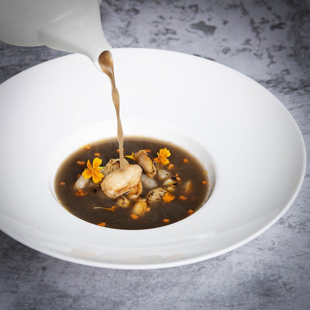 遠東Cafe 海地不思議美食饗宴 主廚推薦 黑蘑菇海鮮湯。