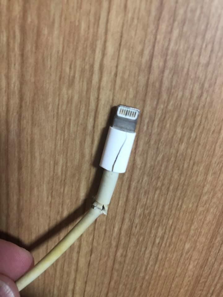 一名網友的iPhone充電線用了4年多才壞,讓他很捨不得。 圖/翻攝自爆怨公社