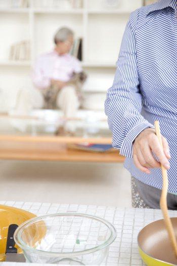 一名女網友與婆婆及小叔同住,若在家不煮飯,會被婆婆念,煮了飯又會被小叔嫌棄,且還...