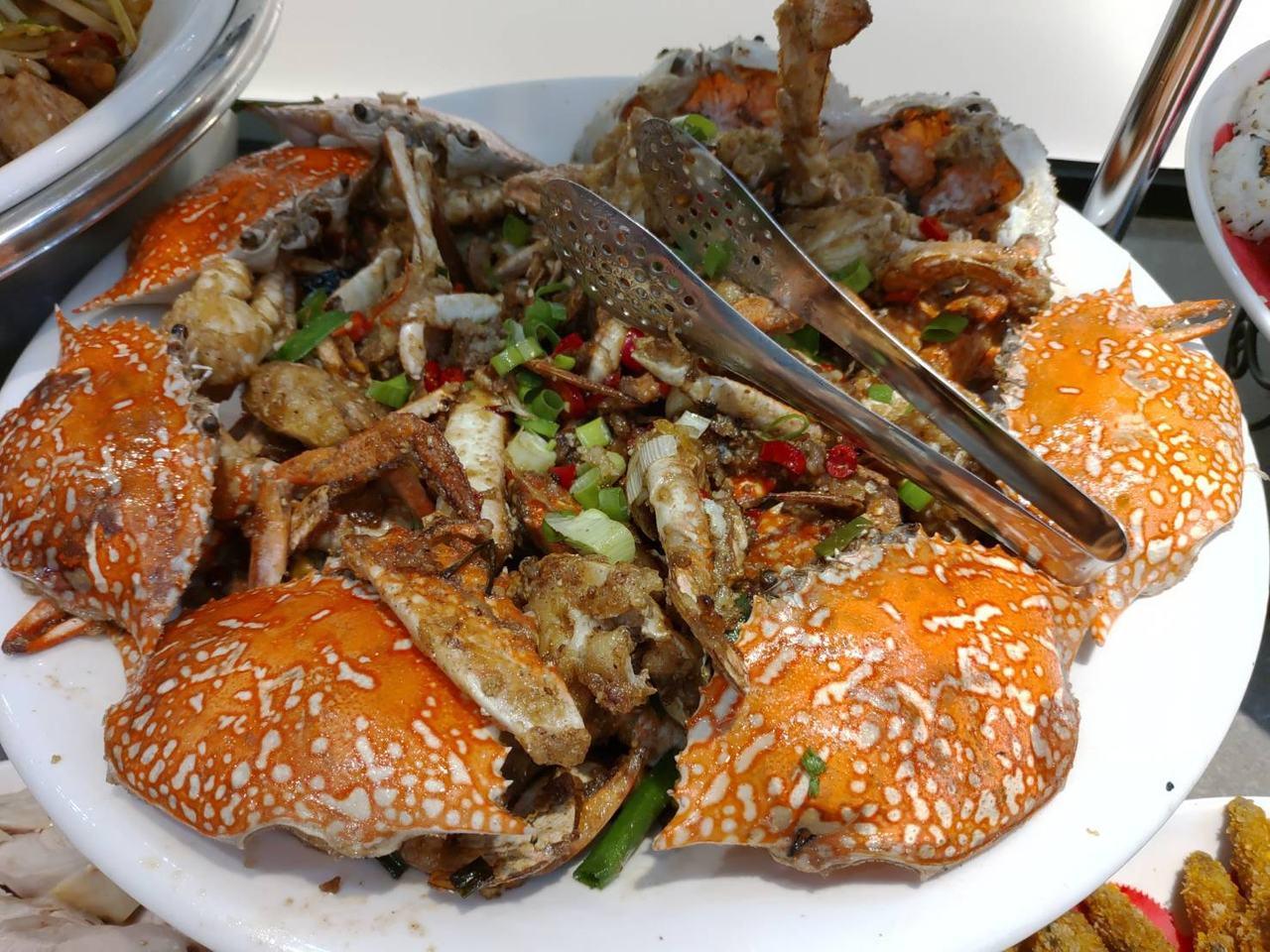 只要200出頭就能吃到的牛排館自助吧,還提供螃蟹料理。 圖擷自臉書社團「爆廢公社...