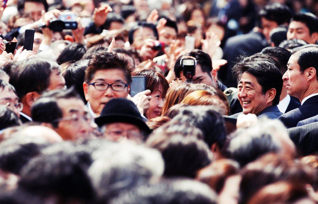 安倍在國會答辯時,聲稱自己並沒有參與挑選貴賓;菅義偉也表示,賞櫻會的費用之所以暴...