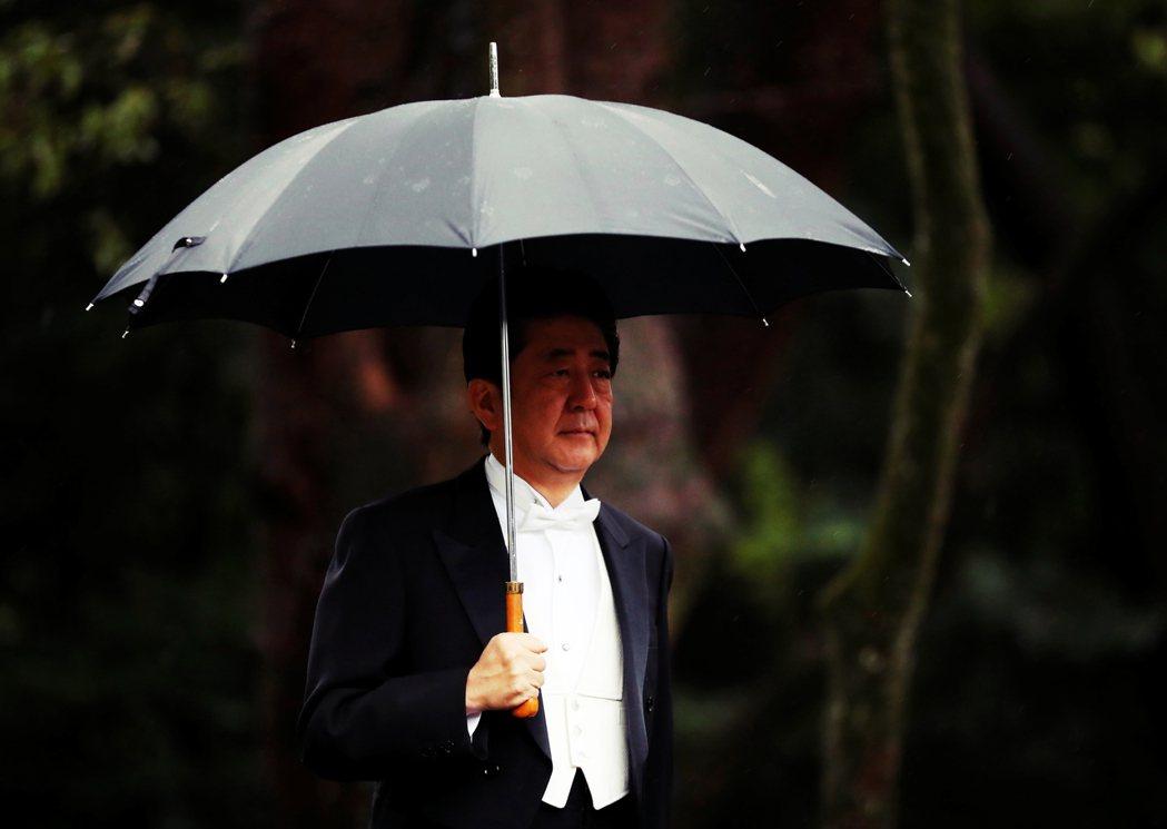 任期內爭議不斷的安倍,是否還有客觀條件,在本屆任期截止後繼續擔任首相? 圖/路透...