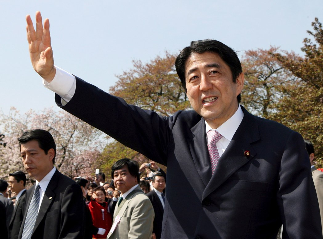 安倍就任首相之後,賞櫻會的規模卻日益擴大,費用也因此暴增。圖為2007年,安倍第...