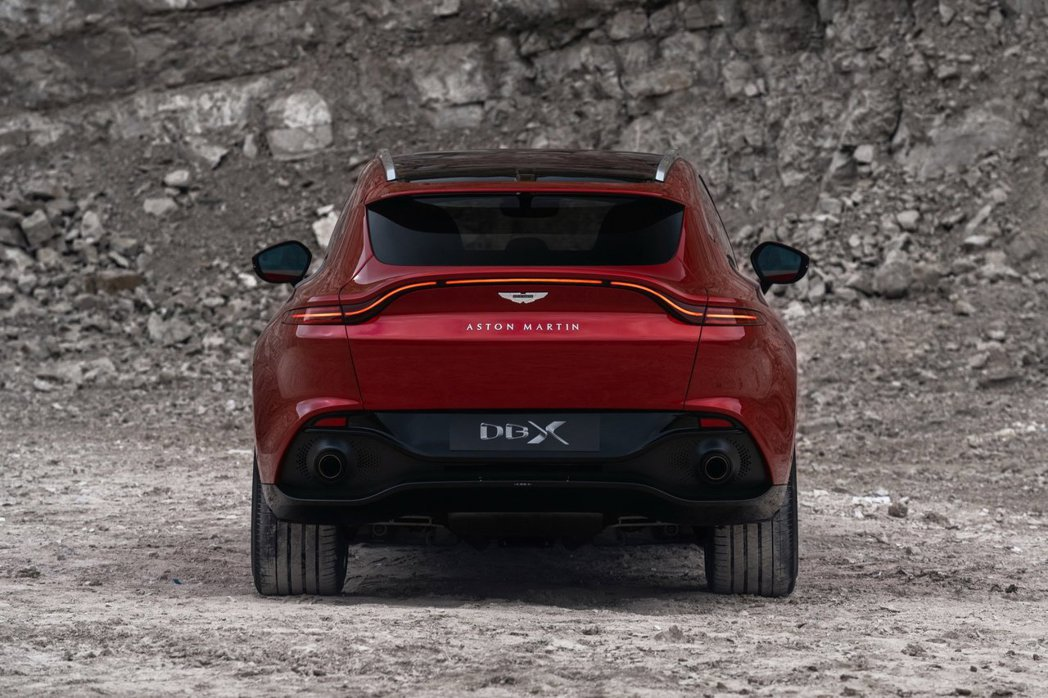 DBX車尾則是採用領一款跑車Vantage的外型設計。 Aston Martin...
