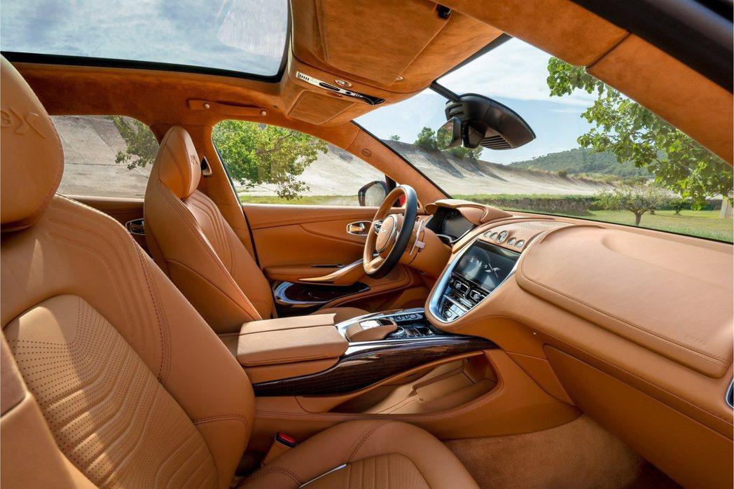DBX選用80%純羊毛製作的特殊面料與新型亞麻複合材料飾板鑲嵌。 Aston M...