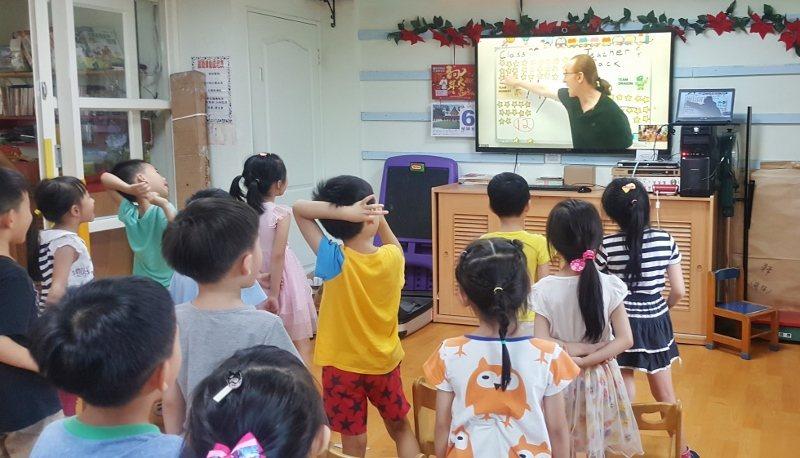台灣的蒙特梭利幼兒園試用「NesoMe外師AI互動直播課」的上課情形。 顧得科技...