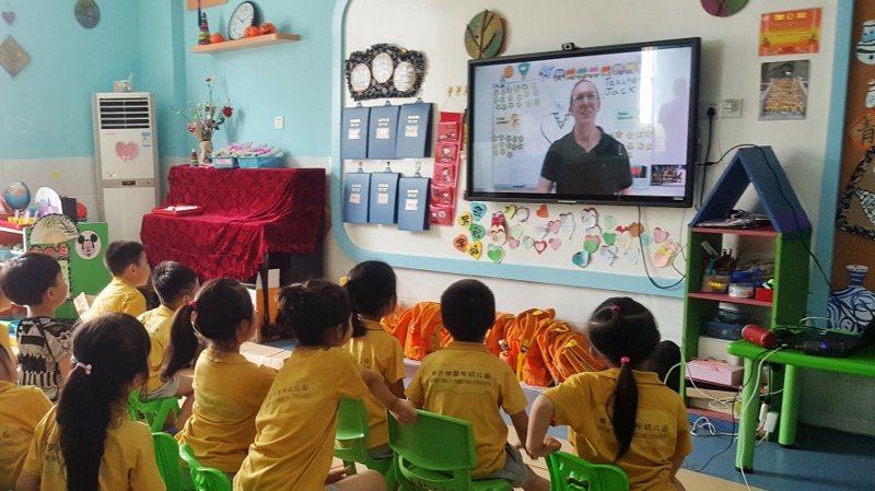 大陸泉州知名的「南少林國際幼兒園」使用「NesoMe外師AI互動直播課」實境。 ...