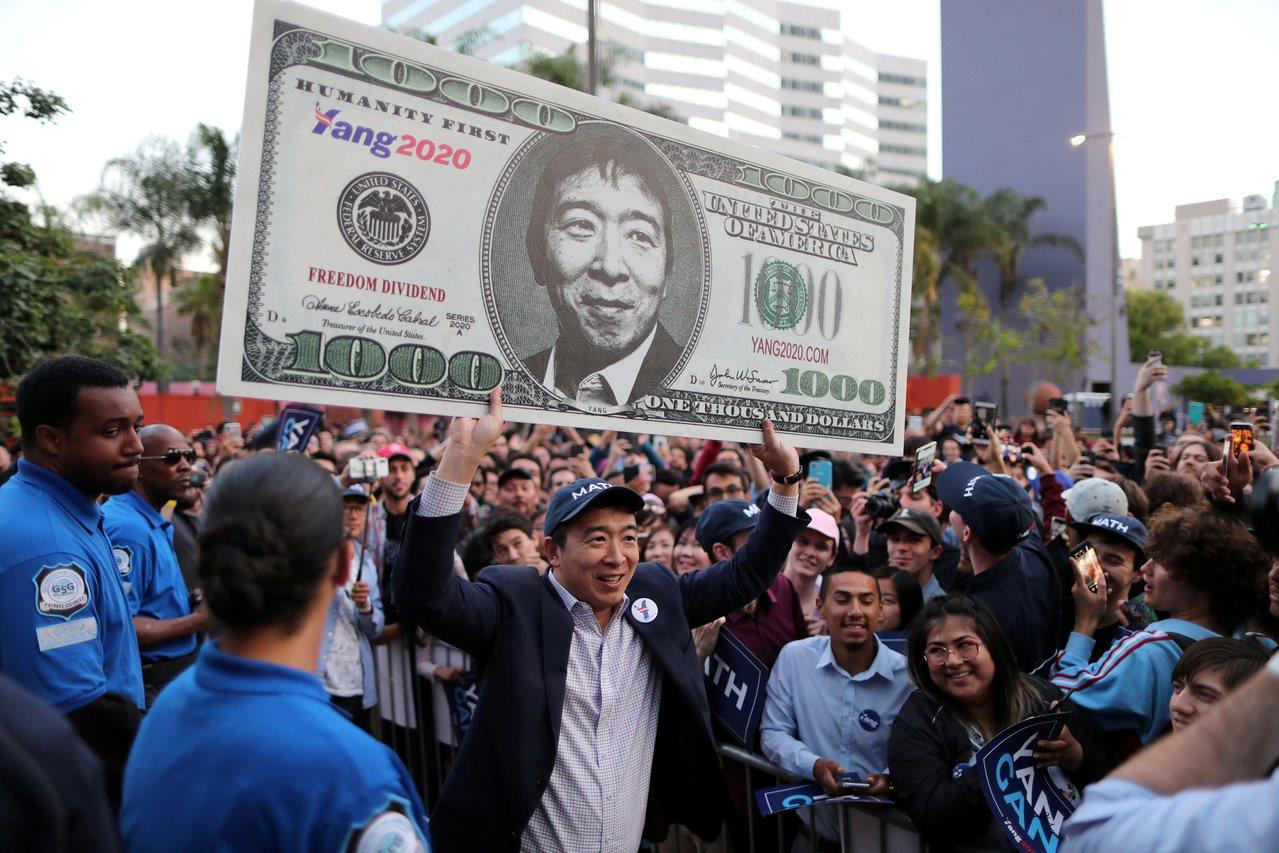 楊安澤最讓選民感到新鮮的,莫過於他要發給全美國成年人每月1000美元的政見。 路...