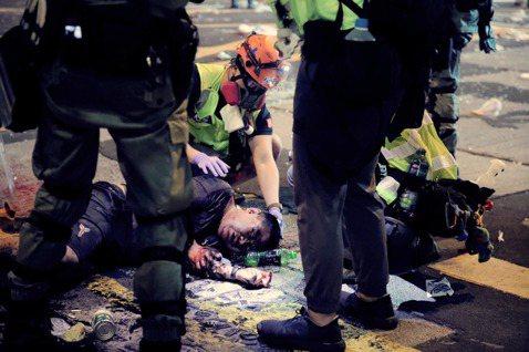在示威遊行中穿梭的醫護志工,不只是為示威者治療,在當中無論警察、親中派團體受傷,...
