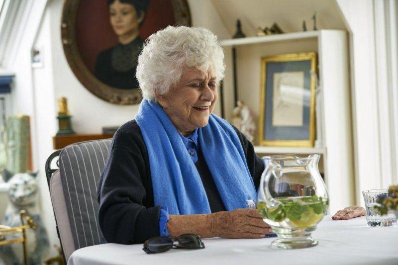 瓊安普洛萊特(Joan Plowright),《女神們的下午茶》劇照。 圖/水元素文創提供