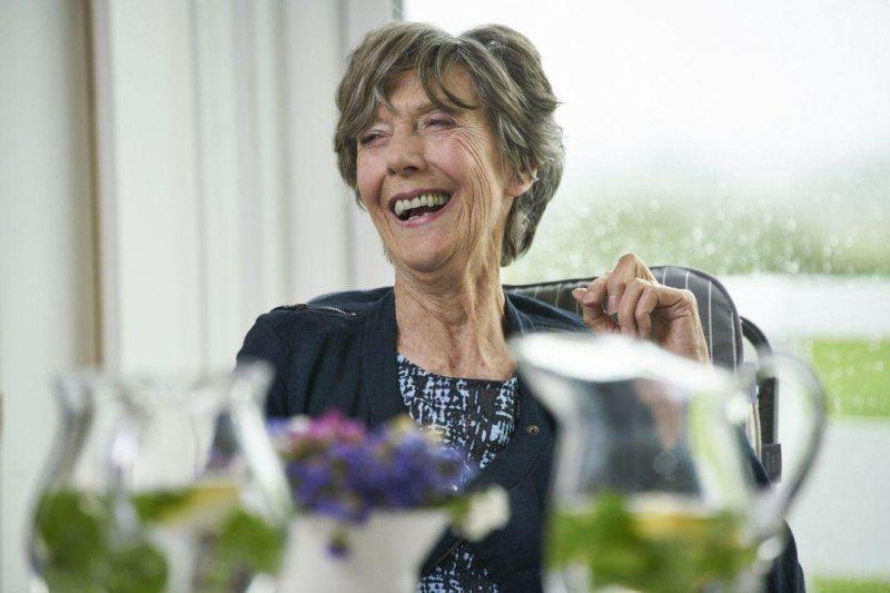 艾琳阿特金斯(Eileen Atkins),《女神們的下午茶》劇照。 圖/水元素文創提供