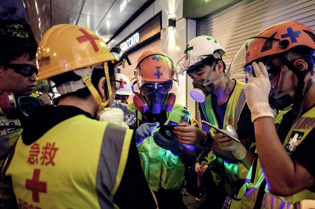 圖為8月3日,一群醫護人員聚集討論接下來的街頭救援行動。 圖/法新社