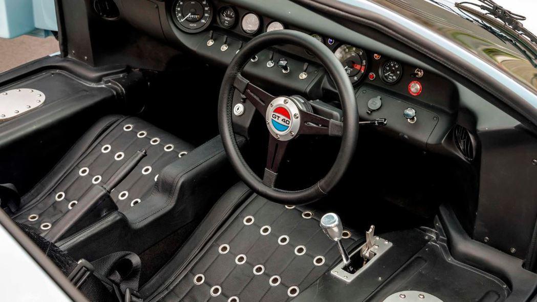 GT40內裝也充滿了60年代賽車的復古風格。 摘自mecum.com