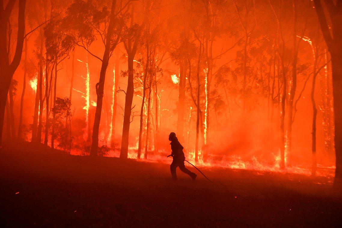 澳洲東南部野火不斷延燒,21日全國仍有數百起火警發生,維多利亞省也罕見頒布最高層...