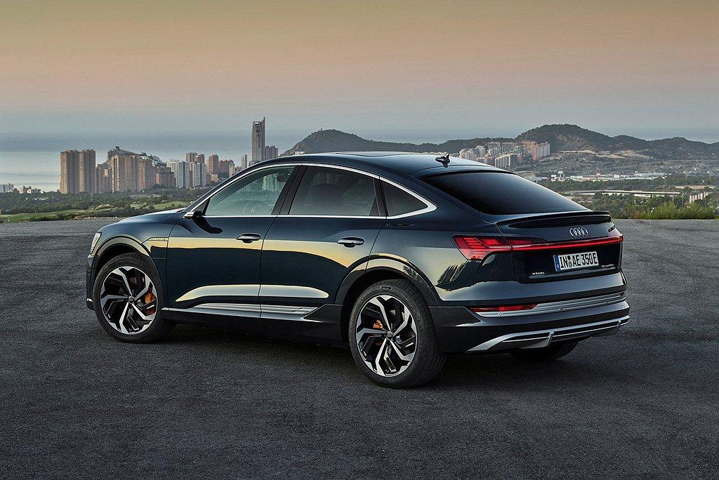 Audi e-tron Sportback的車身外觀輪廓採用圓滑流暢的車頂線條,...