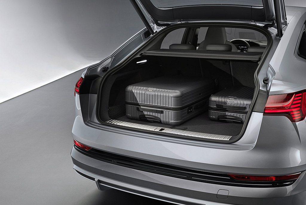 Audi e-tron Sportback後行李箱有615L的置物空間,若把後座...