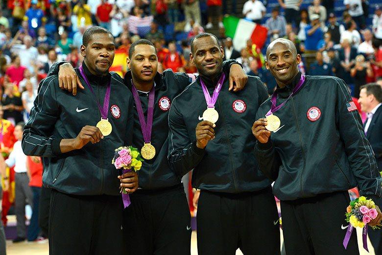 安東尼(左二)在NBA與總冠軍無緣,但在國際賽上卻總是威風凜凜,幫美國隊立下無數...
