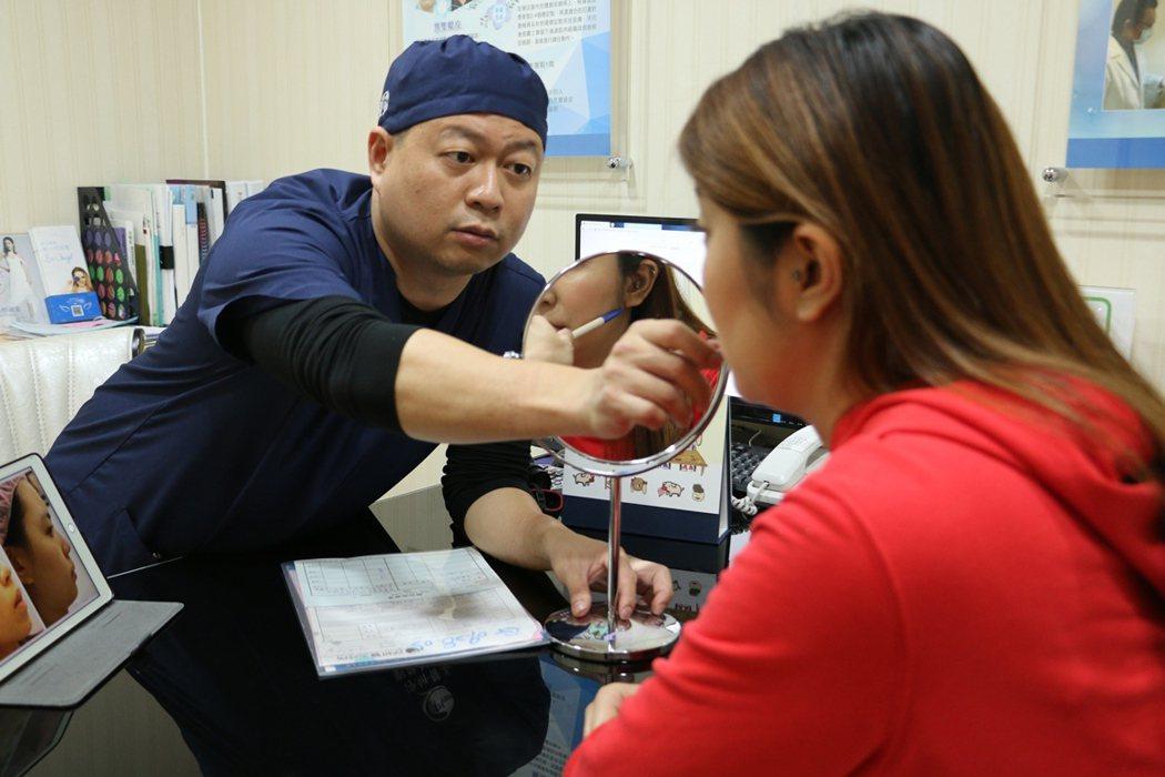 淨妍醫美集團整形外科劉厚耕醫師(左)。 業者/提供