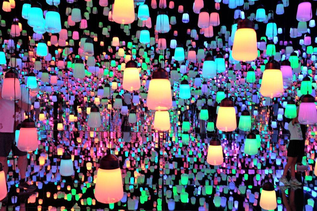 teamLab Borderless有些展覽空間像是這座「燈之森林」Forest of Resonating Lamps - One Stroke因為訪客眾多,會限制參觀的時間。