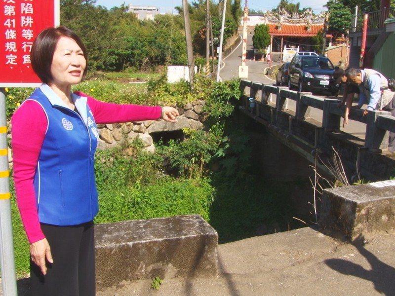 淡水區忠寮里大王廟前的水尾上橋,只有一輛車的寬度,無法進行會車,因此市議員鄭戴麗香也要求拓寬。 圖/紅樹林有線電視提供